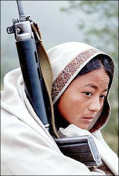 राइफल लिएकी एउटी माओवादी महिला छापामारः